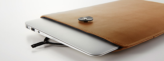 "<b style=""background-color:yellow;"">Simplism</b>、MacBook Air / Pro / Retina用本革スリーブ「Book Sleeve Leather」を発売"