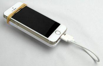 iPhone 5sに過酷な事をさせるためバッテリー不足にならないようにトリニティ社の「iPhone Shaped Battery」を短いライトニングケーブルでつなぎ持ち歩いた。些か無骨だが(笑)通話もできるし信頼性は高い :-) http://t.co/QctWly78o0