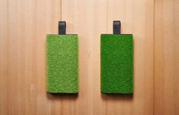 NuAns、代々木公園とセントラルパークの芝をイメージした薄型モバイルバッテリー「TAGPLATE」を発売 ‒ Shibafulとのコラボレーションモデル