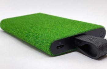 【レビュー】人工芝の手触りが心地よいLightningケーブル一体型モバイルバッテリー「NuAns TAGPLATE Shibaful Lightning」