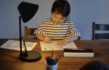 小学生って宿題があるのねー。大変ね。NuAns のCONEで音楽流しながら優雅に宿題タイム。