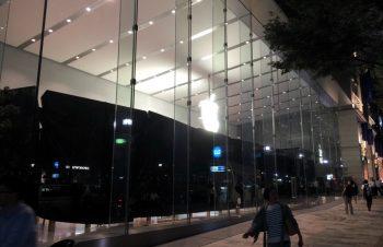 Apple Store表参道に並ぶ。