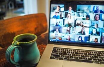 オンラインミーティングのストレスがリモートワークの壁になる