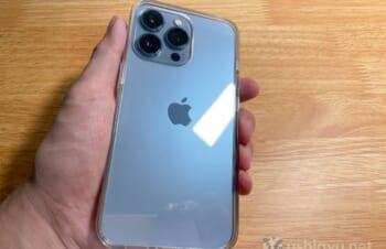 SimplismのiPhone 13 Proケースは、シエラブルーの背面を美しく見せつつ保護性能も高い。なのにリーズナブル!